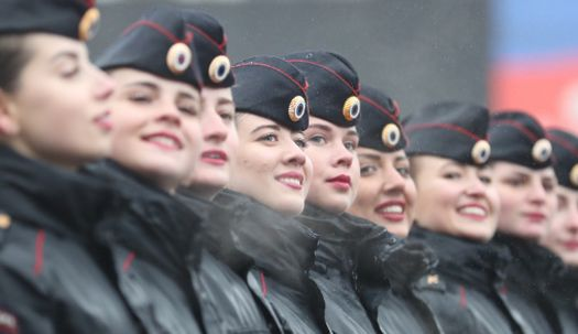 여군은 미소로 무장, 러시아 승전 기념일 퍼레이드