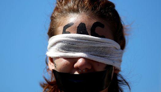 브라질 학생들이 눈가리고 입막은 이유는?