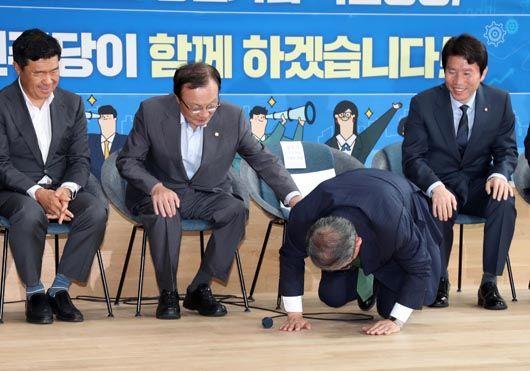 민주당 최고위서 중견기업 회장의 큰절 사연