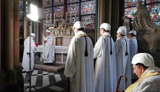 안전모 쓴 신부들…화재 후 첫 미사, 노트르담 대성당
