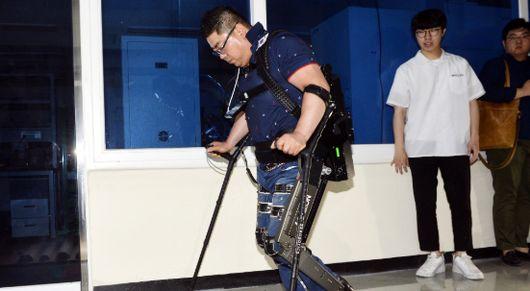 하반신 마비 김병욱씨, 로봇 입고 걸었다