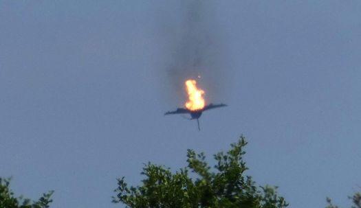 공중 충돌 후, 불타며 추락하는 독일 전투기
