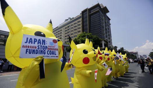 필리핀 일본 대사관 앞에 나타난 피카츄들