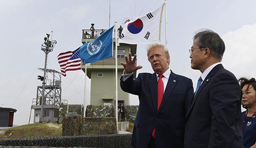 최초로 DMZ 동반 방문한 트럼프와 문 대통령