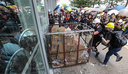 홍콩 반환 기념일 ,시민들 입법원 창문 부수며