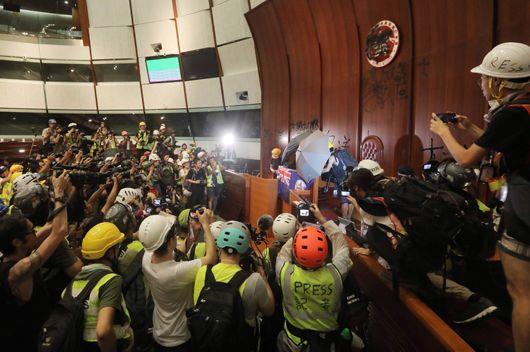 홍콩 시위대 입법회 점거, 사상초유 사태