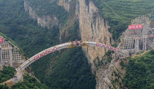 중국 협곡 위 286m 아치교, 건설 목적은?