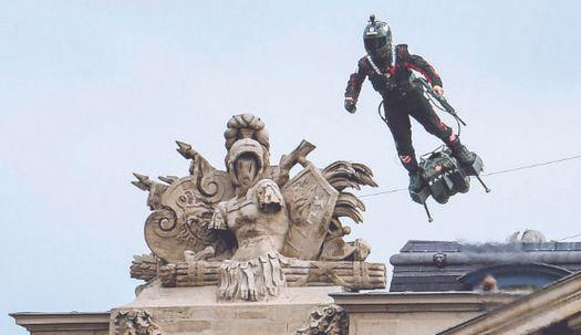 아이언맨(?)도 등장, 프랑스혁명 열병식