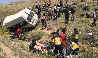 18인승에 난민 67명 탑승터키 버스 전복 16명 사망