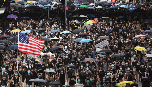 최루탄 연기 가득한 홍콩··美성조기까지 등장
