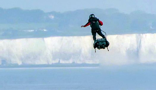 '플라잉맨' 영국해협 35km 날아서 건넜다!