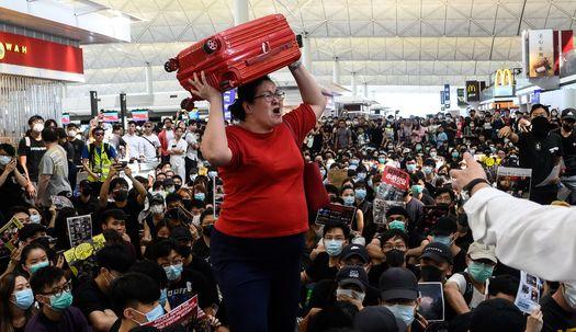 홍콩공항 시위에 뿔난 여행객들