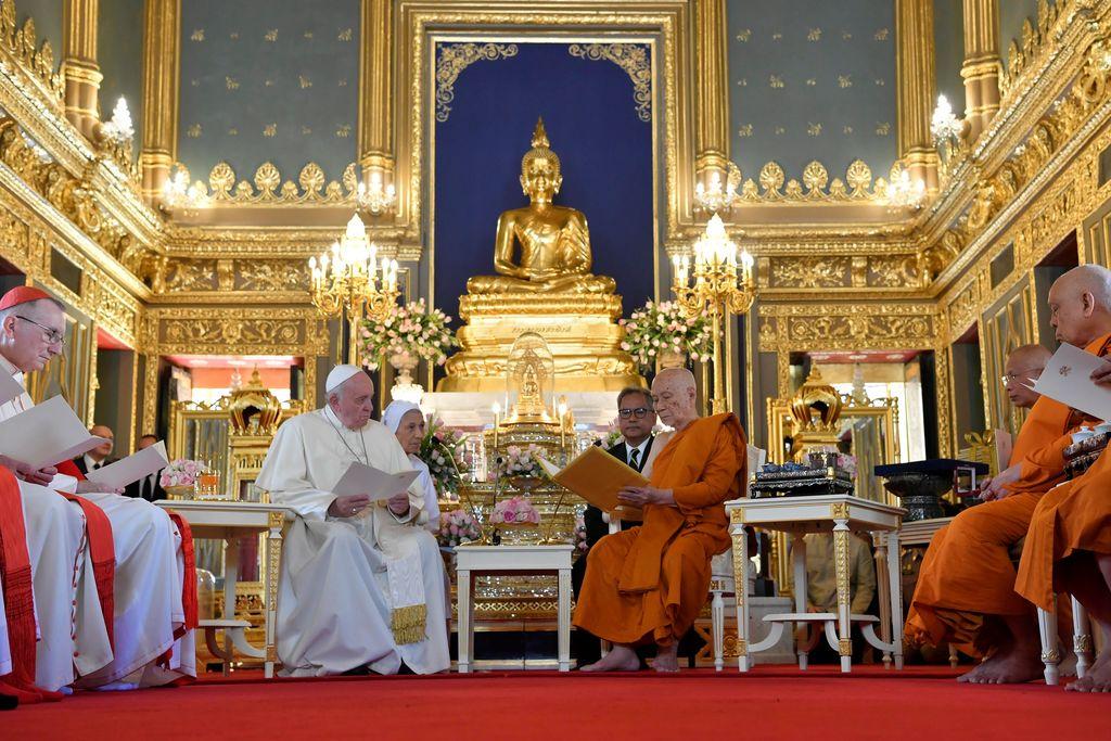 35년 만에 '불교 국가' 태국 방문한 교황, 불상 앞에서 스님과  만나