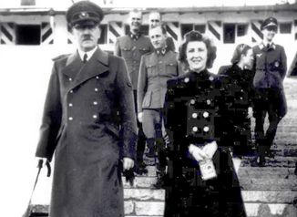히틀러 모자·사진, 에바 브라운 드레스· · · 독일 경매장에서 쏟아진 나치 물품들