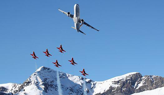 여객기가 이끈 스위스 곡예 비행팀, 알프스 배경으로 화려한 에어쇼