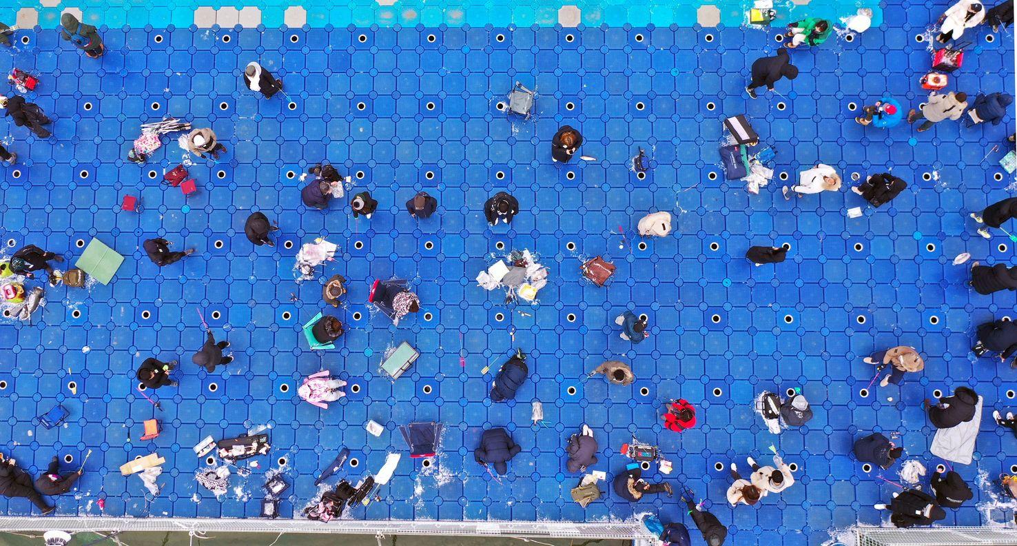 플라스틱 부교에서 송어 낚시를, 추위 실종된 겨울축제 풍경