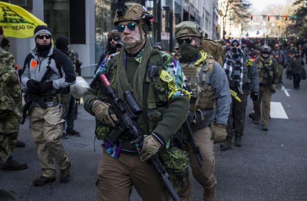 방탄조끼에 중무장한 美 버지니아 총기시위… 경찰도 긴장해