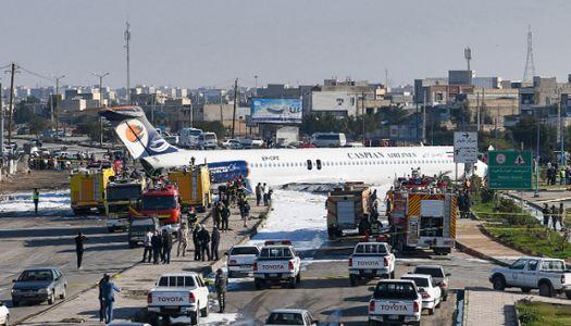착륙 도중 공항 밖 튕겨나간 이란 여객기···탑승객 전원 구조