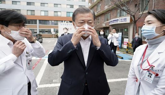 문재인 대통령 마스크 쓰고 신종 코로나바이러스 대응 현장점검 나서