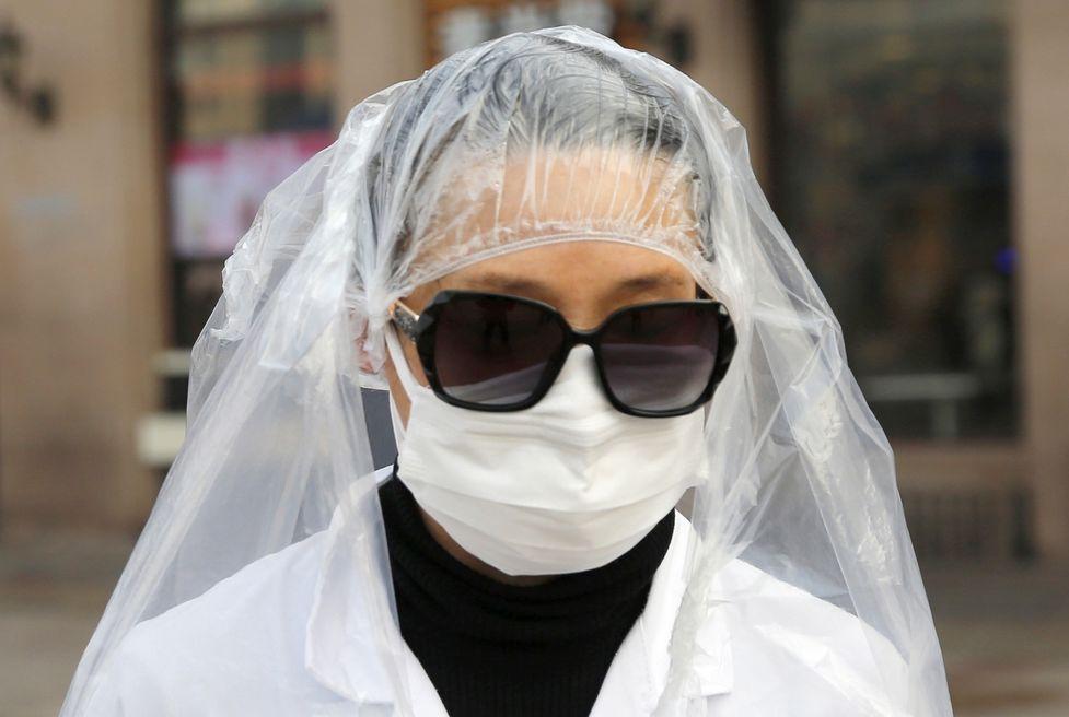 코로나 공포에 비닐봉투 쓴 중국 시민들, 마스크 부족 여전히 심각