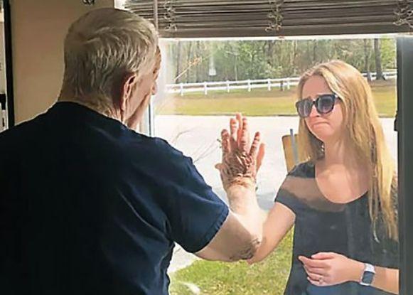 """""""할아버지 저 결혼해요"""" 코로나19로 창문 밖서 울상짓고 반지 보이는 손녀"""