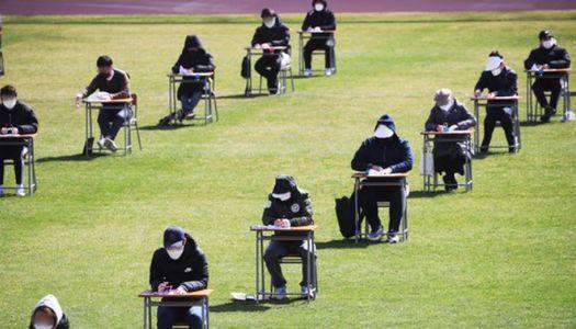코로나가 만든 '21세기 과거제'···축구장서 139명 공사 시험