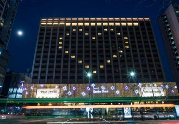 코로나로 문 닫은 호텔, 시민들에게 '하트 선물'