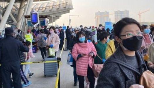 '봉쇄해제' 우한서 6만5000명 이동…기차역·톨게이트 '인산인해'