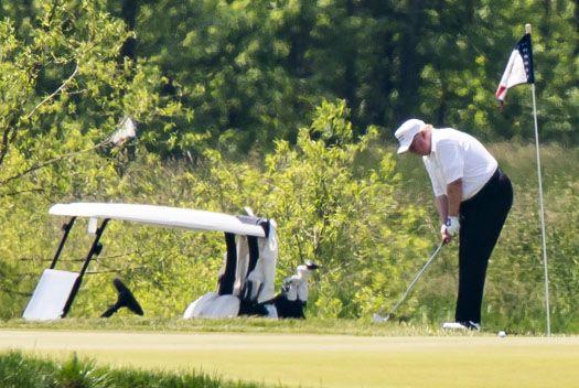 미국 내 코로나19 사망자 10만 명 육박, 골프 즐긴 트럼프