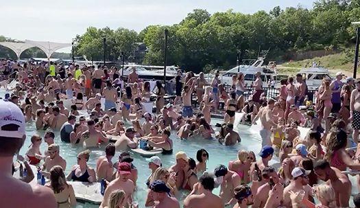 코로나19 잊은 미국 현충일 연휴 인파, 수영장 파티 즐기는 젊은이들