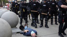 """""""밀어버려"""" 美경찰, 피흘리는 노인 방치한 채 떠났다"""