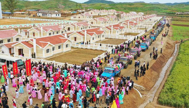 태풍 피해로 식량부족국 재지정된 북한, 피해 지역에서 새집들이 행사 열어