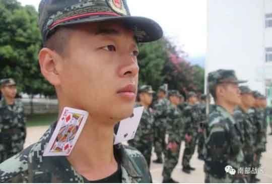 턱 밑 카드 떨어지면 죽는다...中 군대의 황당한 신병 훈련법