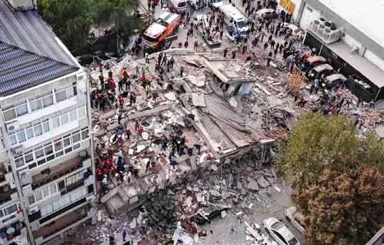 """진도 7.0 강진…""""최소 22명 사망, 800여명 부상""""  사진으로 보는 터키·그리스 지진 현장"""