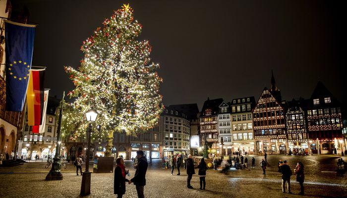 선물 보따리 든 산타가 사라졌다…우울한 12월 맞은 지구촌