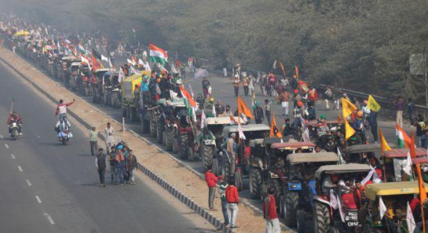 인도 농민들···국경일에 트랙터 몰고 거리로 나와 대규모 시위