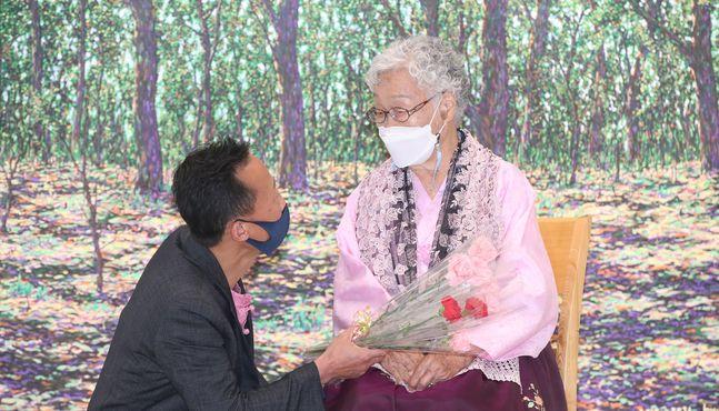 택배기사 화가와 94세 노모의 특별한 전시 열려