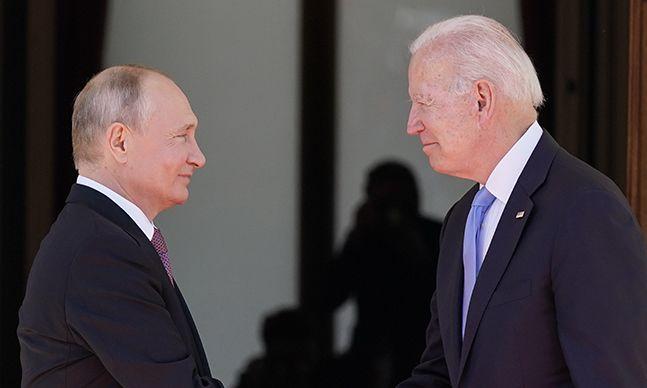 """[이 시각] """"긍정적"""" """"가족은 될 수 없지만…""""  바이든·푸틴의 첫 회담"""