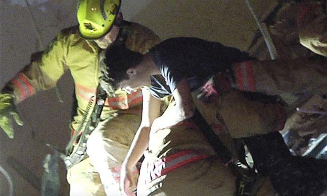 [이 시각] 침대 아래 소년 구조, 마이애미 아파트 붕괴 현장 대규모 구조작업